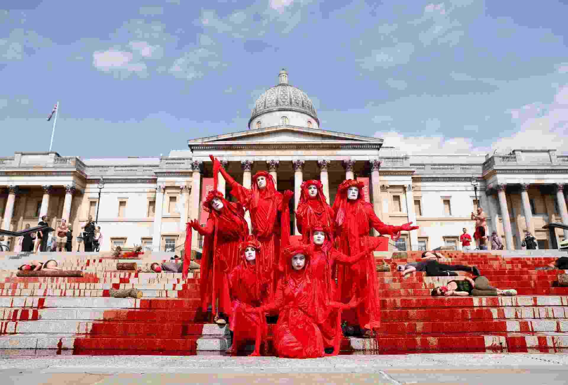 Ativistas fizeram uma manifestação em frente a National Gallery, em Londres neste domingo, contra os impactos da covid-19 nas comunidades indígenas do Brasil - REUTERS/John Sibley
