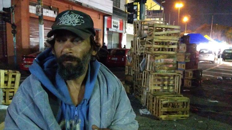 Marcos Rogério Venâncio, 47, morador de rua há 10 anos, vive na região da 25 de Março e diz não ter medo do frio, mas de ser castigado por Deus - Marcelo Oliveira/UOL - Marcelo Oliveira/UOL