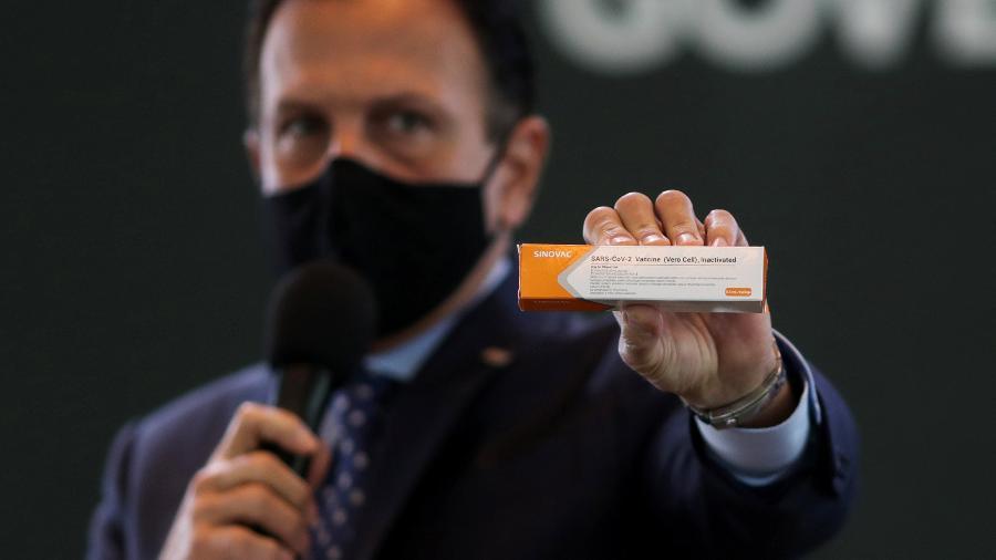 Governador de São Paulo, João Doria, segura caixa da vacina contra a covid-19 desenvolvida pela Sinovac em parceira com o Instituto Butantan - AMANDA PEROBELLI