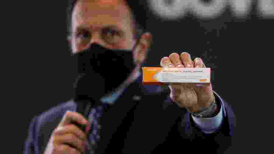 Governador paulista mostra caixa da vacina desenvolvida e testada pelo Instituto Butantan - AMANDA PEROBELLI