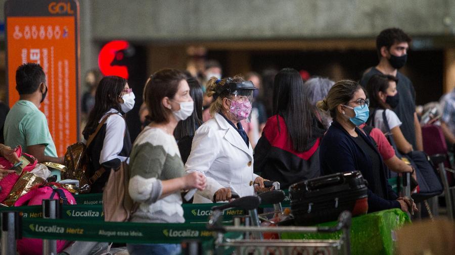 22.dez.2020 - Movimentação na área de embarque do aeroporto de Guarulhos, em São Paulo - Tiago Queiroz/Estadão Conteúdo