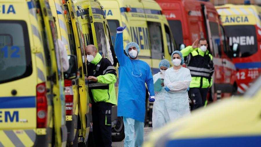 22.jan.2021 - Profissional de saúde faz sinal para ambulância com paciente com covid-19 na chegada ao Hospital Santa Maria, em Lisboa - Pedro Nunes/Reuters