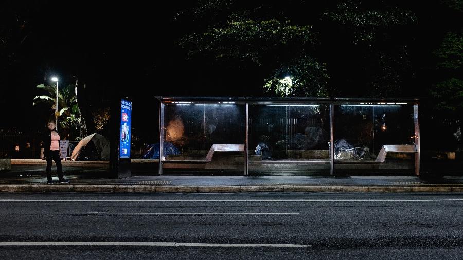 """Pontos de ônibus ficaram quase vazios e houve pouca movimentação de pessoas na primeira noite de """"toque de restrição"""" em na capital paulista - Ettore Chiereguini/Agif/Estadão Conteúdo"""