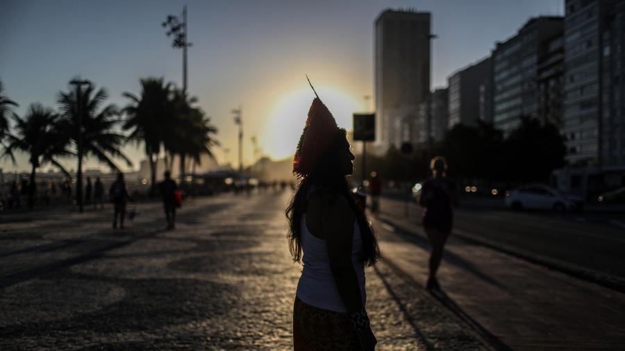 Silhueta da líder indígena Tereza Arapium no calçadão da praia de Copacabana, no Rio de Janeiro, em 26 de novembro de 2020 - Mongabay