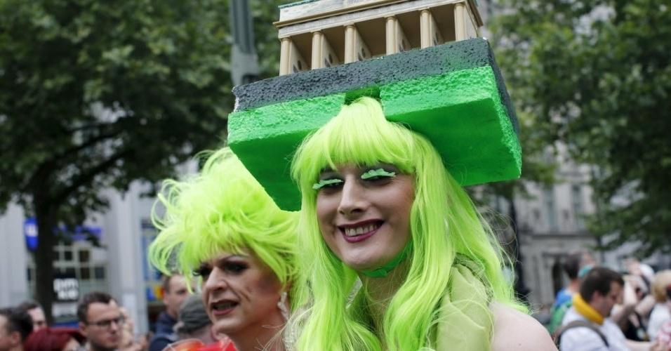 27.jun.2015 - Ativistas fantasiados participam de Parada Gay em Berlim, na Alemanha