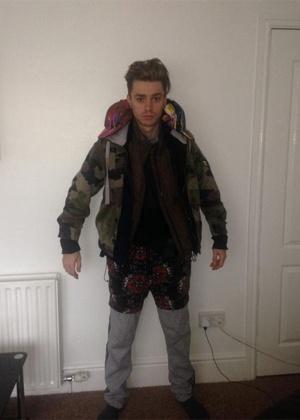 O cantor James McElvar, 19, da banda Rewind, com a montanha de roupas - Twitter/Reprodução