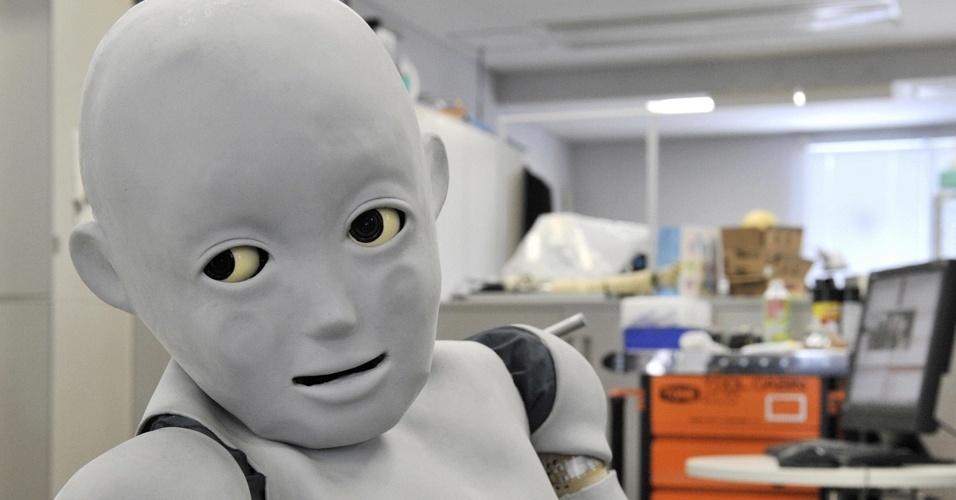 CB2: também criado no Japão, o CB2 é um robô de 1,33 metros e 33 quilos programado para se comportar como uma criança. O objetivo dos pesquisadores é tentar reproduzir a relação entre mães e filhos. O CB2 consegue, por exemplo, analisar as expressões faciais da mãe e classificá-las como alegria ou tristeza