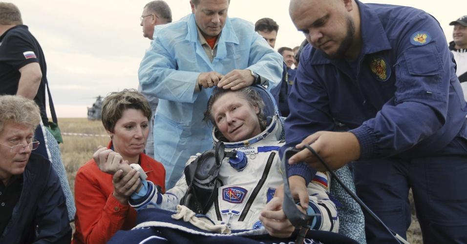 12.set.2015 - Cosmonauta russo Gennady Padalka recebe atendimento médico pouco depois de aterrissar no Cazaquistão, após viagem de retorno da ISS. Padalka é a pessoa que mais tempo passou no espaço, com um total de 879 dias divididos em cinco missões, dois meses a mais que Sergei Krikalev, que ostentava o recorde anterior. Em sua última viagem, Padalka permaneceu na ISS durante seis meses