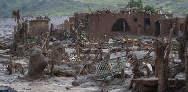 Escombros de edificações no subdistrito de Bento Rodrigues, em Mariana
