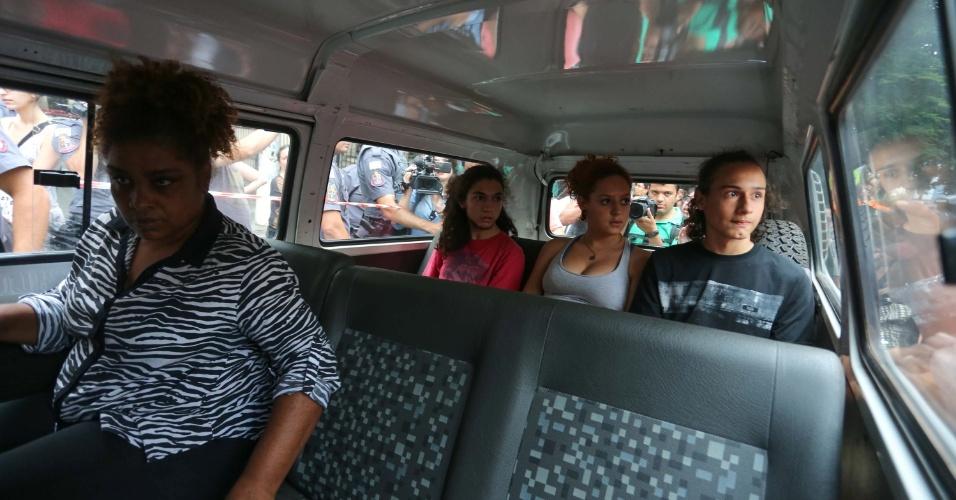 13.nov.2015 - Três estudantes deixaram Escola Estadual Fernão Dias, onde estavam desde a manhã de terça-feira, para participar de uma audiência com representantes da Secretaria da Educação na tarde desta sexta. Ontem, a Justiça determinou a reintegração de posse da escola ocupada