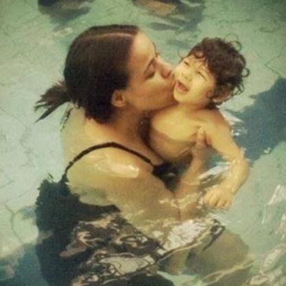 18.dez.2015 - A mãe Pamela com o filho Davi, de 3 anos. Ela teve toxoplasmose gestacional e hoje luta para que seu filho tenha acesso a diversos tratamentos