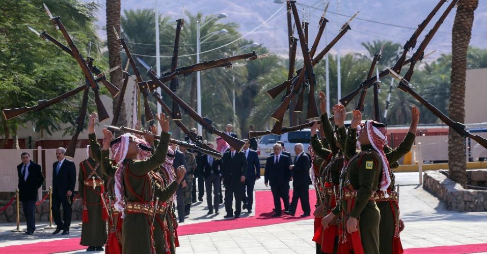 23.jan.2016 - Guardas de honra da Jordânia jogam armas para o alto em cerimônia realizada para celebrar o centenário da revolta árabe contra os turco-otomanos na região. A festividade ocorreu no porto do Mar Vermelho, em Aqaba