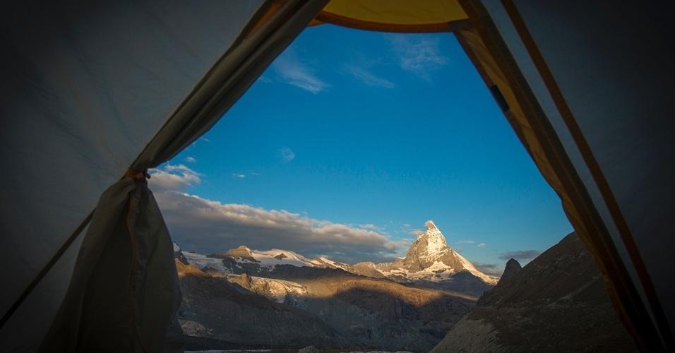 26.fev.2016 - Vista da montanha Matterhorn, nos Alpes Suíços, de uma tenda montada na beira do desfiladeiro de Gorner