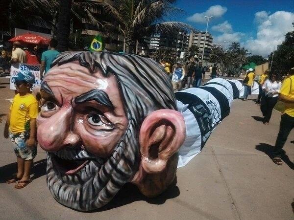 """13.mar.2016 - Manifestantes de Maceió, Alagoas criaram o """"jararaleco"""", uma menção ao ex-presidente Luiz Inácio Lula da Silva, durante um protesto contra o governo Dilma Rousseff (PT). Manifestações devem ocorrer em pelo menos 415 cidades brasileiras e outras 23 no exterior, de acordo com os movimentos organizadores"""