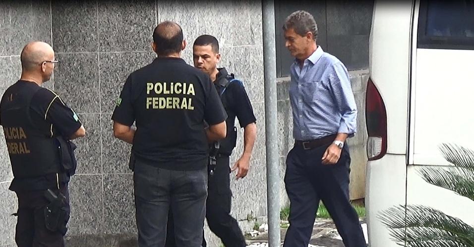 """22.mar.2016 - Suspeito chega à sede da Polícia Federal de São Paulo, no bairro da Lapa, durante a 26ª fase da Operação Lava Jato. Cerca de 380 policiais federais cumprem 110 mandados judiciais. A atual fase foi batizada de """"Xepa"""" e tem como um dos alvos a Odebrecht"""