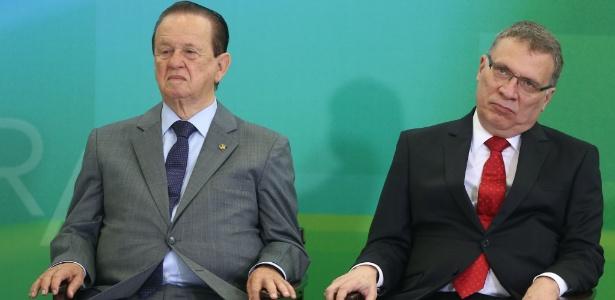 Mauro Lopes (E) tomou posse como ministro no dia 17, ao lado de Eugênio Aragão