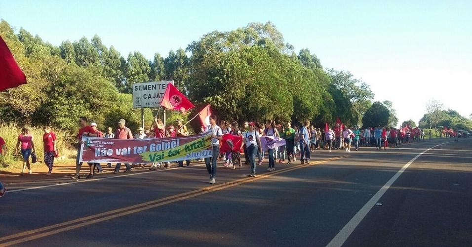 15.abr.2016 - Integrantes do MST protestam em defesa do governo Dilma e da reforma agrária na BR-277, altura de São Miguel do Iguaçu, no Paraná