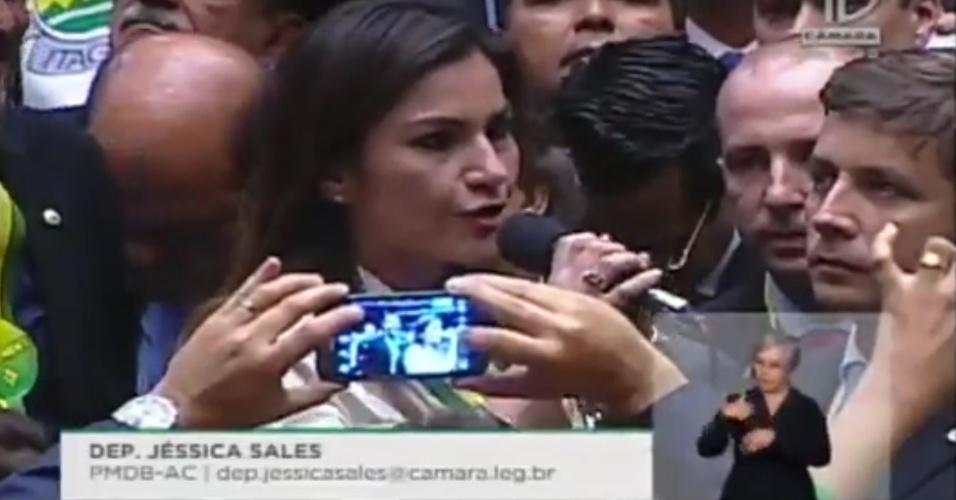 """17.abr.2016 - A deputada Jéssica Sales (PMDB-AC) foi até filmada por outro parlamentar enquanto declarava seu voto na Câmara. Ela disse """"sim"""" ao impeachment da presidente"""