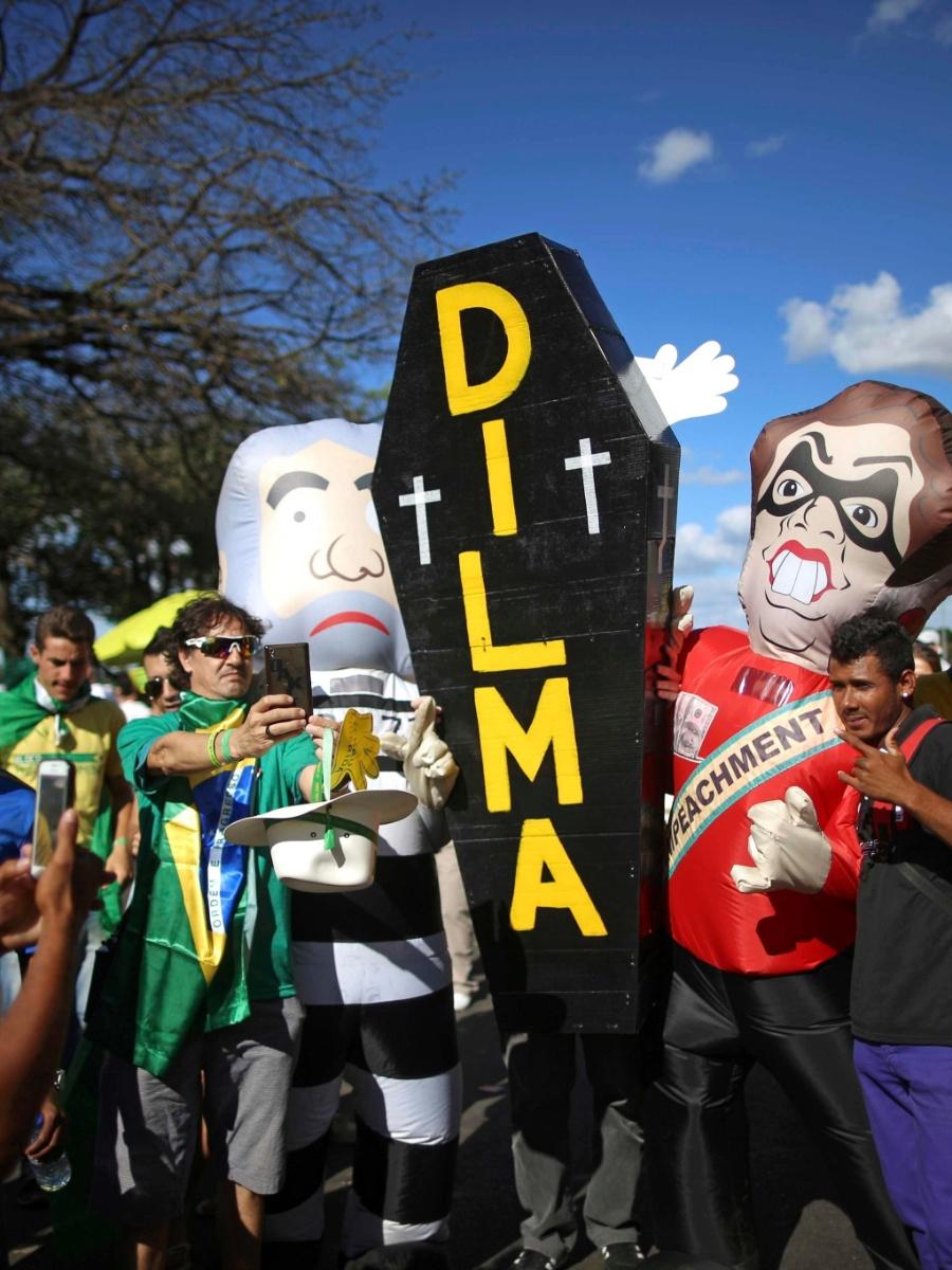17.abr.2016 - Manifestantes pró-impeachment levam bonecos de Dilma e Lula para protesto em Brasília