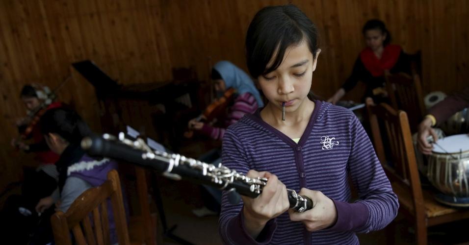 18.abr.2016 - Os jovens que fazem parte do Instituto Nacional de Música do Afeganistão geralmente tem o apoio do núcleo familiar para tocarem seus instrumentos musicais, mas, segundo Ahmad Naser Sarmast, elas enfrentam pressão de parentes e até de autoridades religiosas para deixarem a atividade