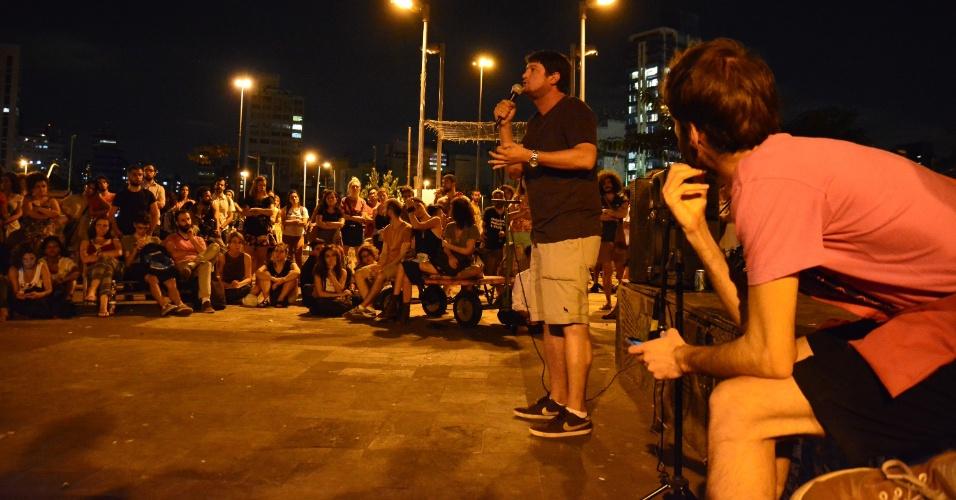 """18.abr.2016 -  Ato """"Batata Quente"""" contra o presidente da Câmara dos Deputados, Eduardo Cunha (PMDB-RJ), reuniu manifestantes no largo da Batata, região oeste de São Paulo (SP). Os manifestantes também pediram uma Reforma Política e se mostraram contrários ao impeachment da presidente Dilma Rousseff"""