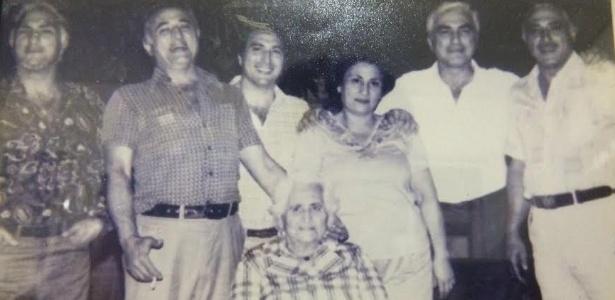 Michel Temer (ao centro, de branco), seus irmãos e a mãe (sentada) em Tietê (SP)