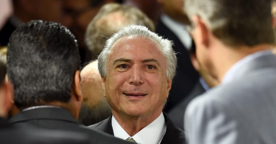 24.mai.2016 - O presidente interino Michel Temer (PMDB) cumprimenta parlamentares antes do anúncio das medidas econômicas e fiscais no Palácio do Planalto em Brasília