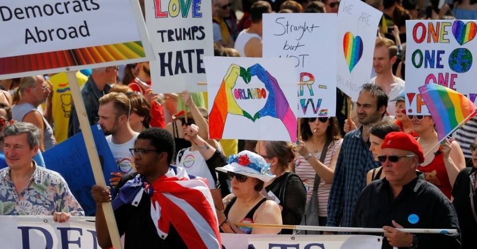 18.jun.2016 - Ativistas participam de uma parada do orgulho gay realizada em Viena, na Áustria