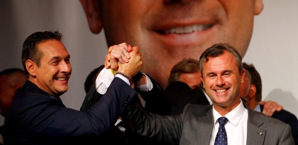 O candidato presidencial Norbert Hofer (dir), do FPÖ, e o líder do partido, Heinz-Christian Strache, cantam após as eleições em Viena, na Áustria