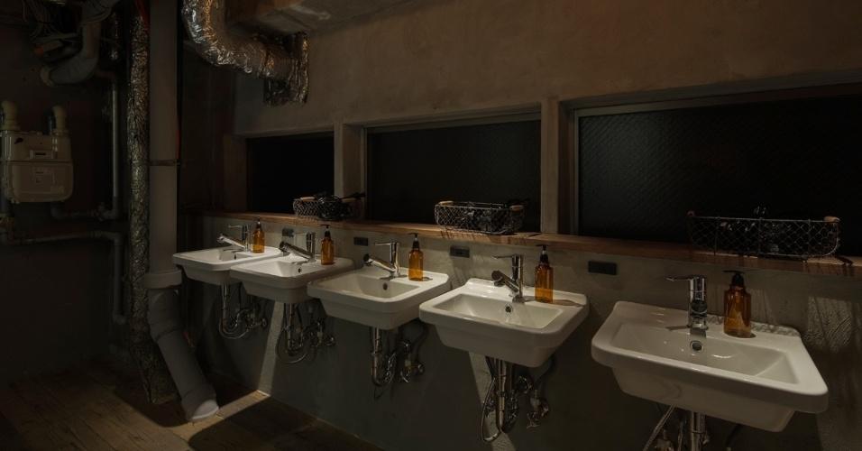 05.set.2016 - Não espere muita privacidade ou grande conforto: não há portas e o banheiro é compartilhado