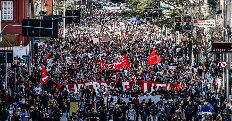 7.set.2016 - Manifestantes sobem a Brigadeiro Luis Antônio, no centro de São Paulo, em direção à avenida Paulista durante ato que pede a saída do presidente Michel Temer da Presidência da República