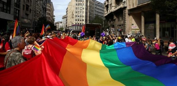 18.set.2016 - Multidão segura bandeira do arco-íris em Parada do Orgulho LGBT