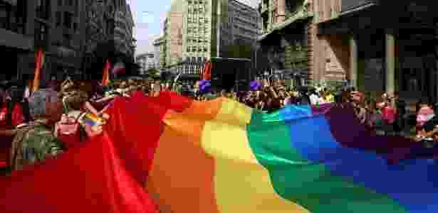 18.set.2016 - Multidão segura bandeira do arco-íris em Parada do Orgulho LGBT  - Marko Djurica - 18.set.2016/Reuters