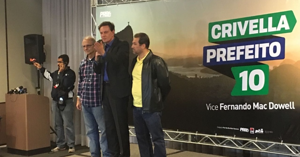 2.out.2016 - O candidato Marcelo Crivella (PRB) dá entrevista para a imprensa após o fim da votação no Rio de Janeiro. Crivella está no segundo turno da eleição fluminense