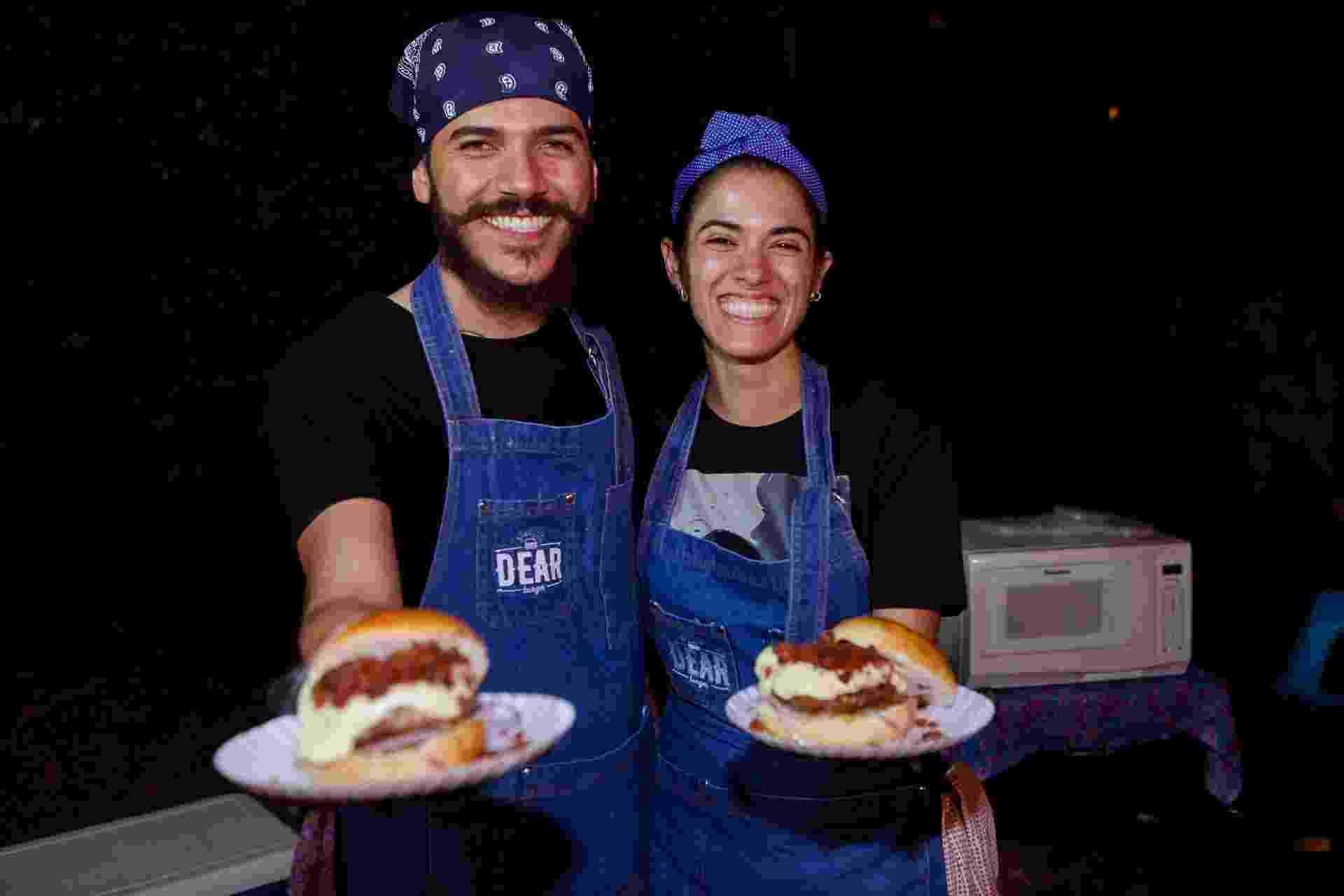 O casal de noivos Marina Alves Borges, 25, e Vanoni Parreira, 26, faz hamburgadas no quintal, em Uberlândia (MG), para juntar dinheiro para uma casa nova e casar - Mauro Marques/UOL
