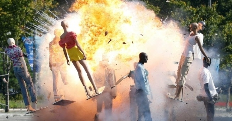 6.out.2016 - Manequins são arremassados por explosão em teste antiterrorismo em Seul, na Coreia do Sul