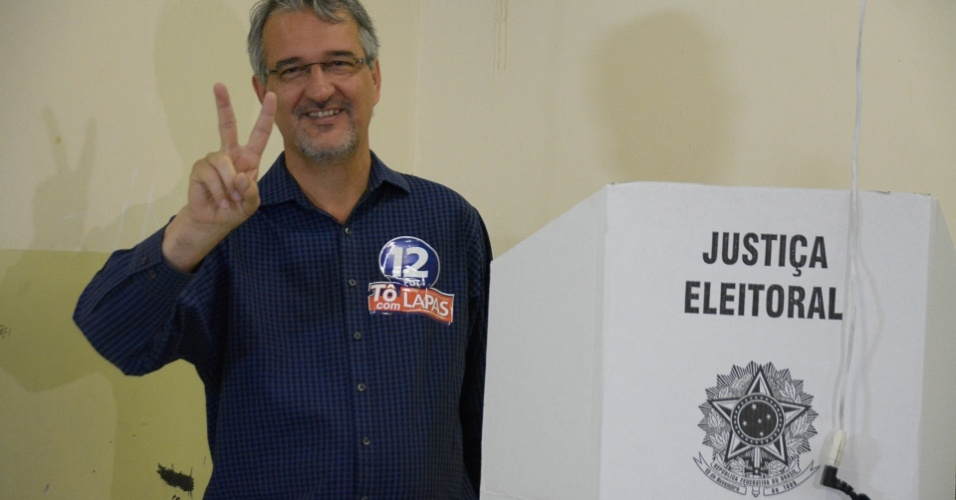 30.out.2016 - O candidato à prefeitura de Osasco Jorge Lapas (PDT) vota na Escola José Maria Rodrigues Leite, na Vila Campesina, em Osasco (SP), no 2º turno das eleições municipais