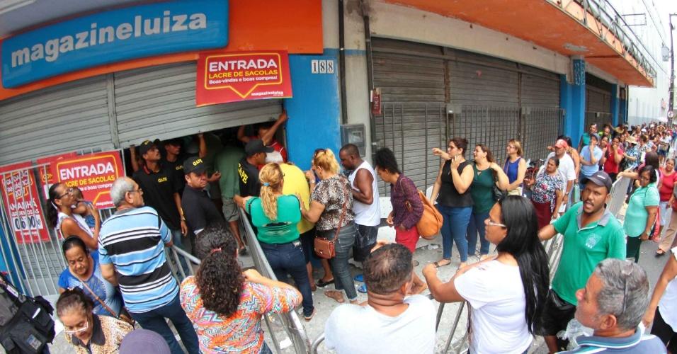 6.jan.2017 - A hora da abertura das portas, às 6h, teve um pouco de tumulto em loja no centro de Recife (PE). A rede varejista Magazine Luiza promove hoje sua liquidação anual