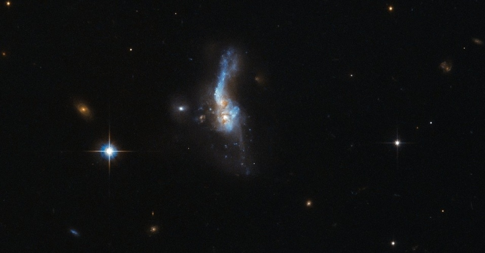10.JAN.2016 - UNIÃO DE GALÁXIAS - Esta delicada mancha azul no espaço é muito mais turbulenta do que parece. O IRAS 14348-1447 está localizado a mais de um bilhão de ano-luz de distância da Terra. Este objeto celestial é na verdade a junção de duas galáxias espirais ricas em gás. Esta dupla se aproximou muito no ano passado, a gravidade fez com que eles se atraíssem e se fundissem em uma só. A imagem foi tirada pelo telescópio espacial Hubble