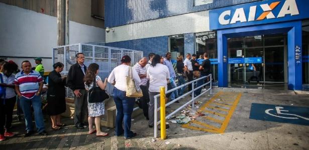 Fila de trabalhadores para sacar o FGTS em agência da Caixa em São Paulo
