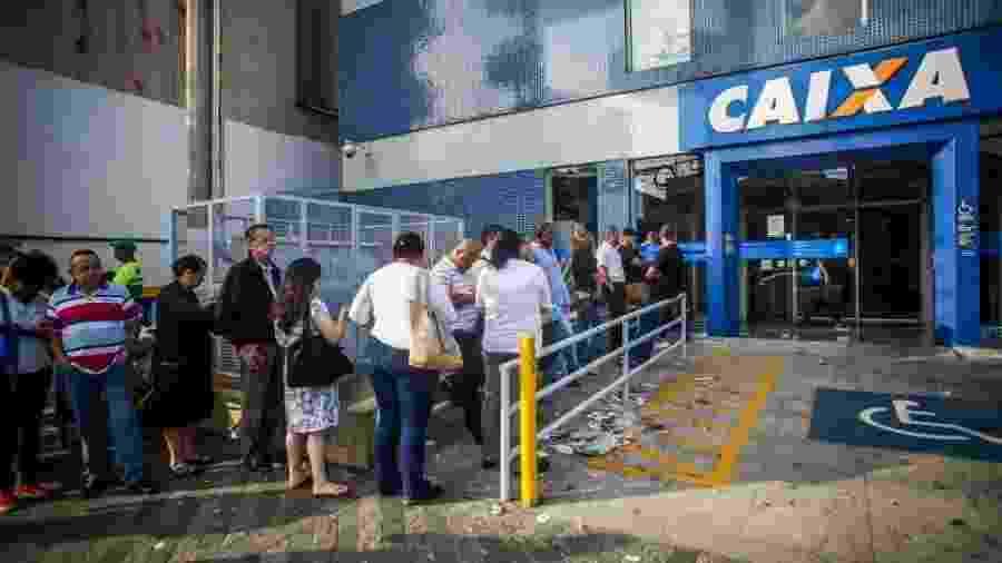 10.abr.2017 - Fila pára sacar o FGTS em agência da Caixa na av. Viltal Brasil, no Butantã, em São Paulo  - Edson Lopes Jr./UOL