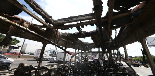 Ônibus incendiado por ordens do tráfico no dia 2 de maio na zona norte do Rio
