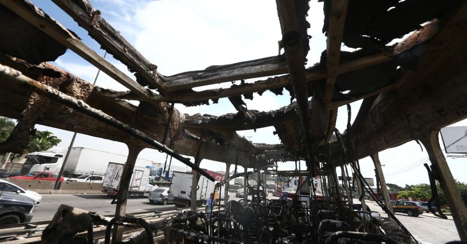 2.mai.2017 - Homens mascarados atearam fogo em ônibus. Ao menos cinco ônibus foram incendiados em vias de acesso ao município do Rio de Janeiro na manhã desta terça, o que levou o Centro de Operações do Rio de Janeiro (COR) a decretar estado de atenção na cidade