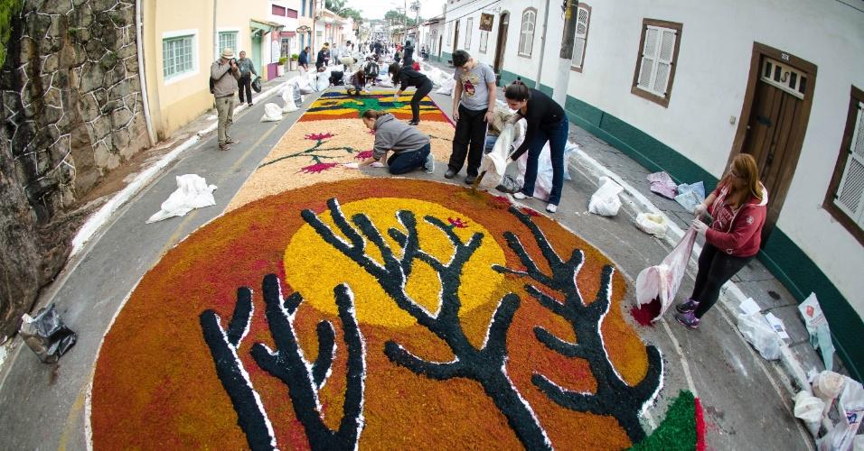 15.jun.2017 - Tapete de rua para celebração de Corpus Christi é confeccionado em Santana de Parnaíba (SP). São usados diversos tipos de materiais, como serragem colorida, borra de café, farinha, areia, flores e outros acessórios