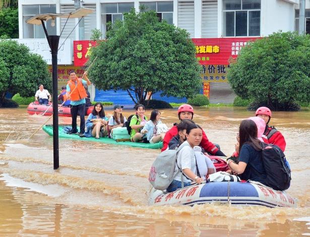 Agentes de segurança resgatam moradores na cidade de Guilin, no sul da China