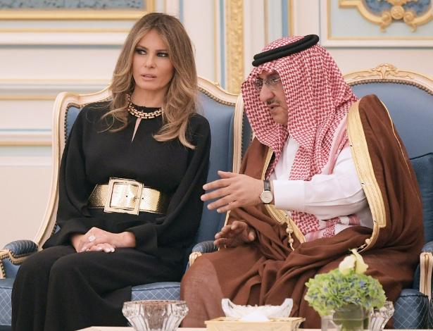 20.mai.2017 - A primeira-dama Melania Trump conversa com o príncipe saudita Nayef bin Abdulaziz al-Saud durante recepção na corte em Riad