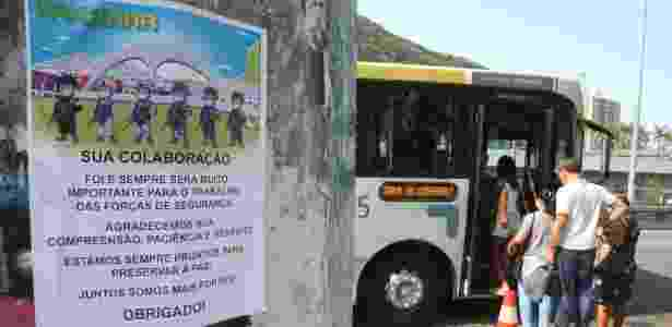 Em cartaz colocado em poste, Forças Armadas fazem agradecimento à comunidade da Rocinha - Estefan Radovicz/Agência O Dia/Estadão Conteúdo