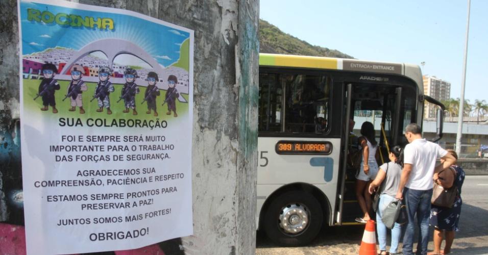 29.set.2017 - Em cartaz colocado em poste, Forças Armadas fazem agradecimento à comunidade da Rocinha