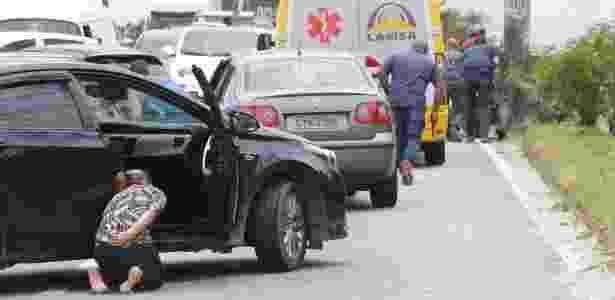 31.jan.2018 - Motoristas se refugiam durante tiroteio na linha Amarela - Roberto Moreyra/Agência O Globo