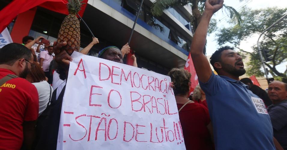 6.abr.2018 - Cartaz de manifestante em frente ao Sindicato dos Metalúrgicos do ABC associa prisão de Lula a risco democrático